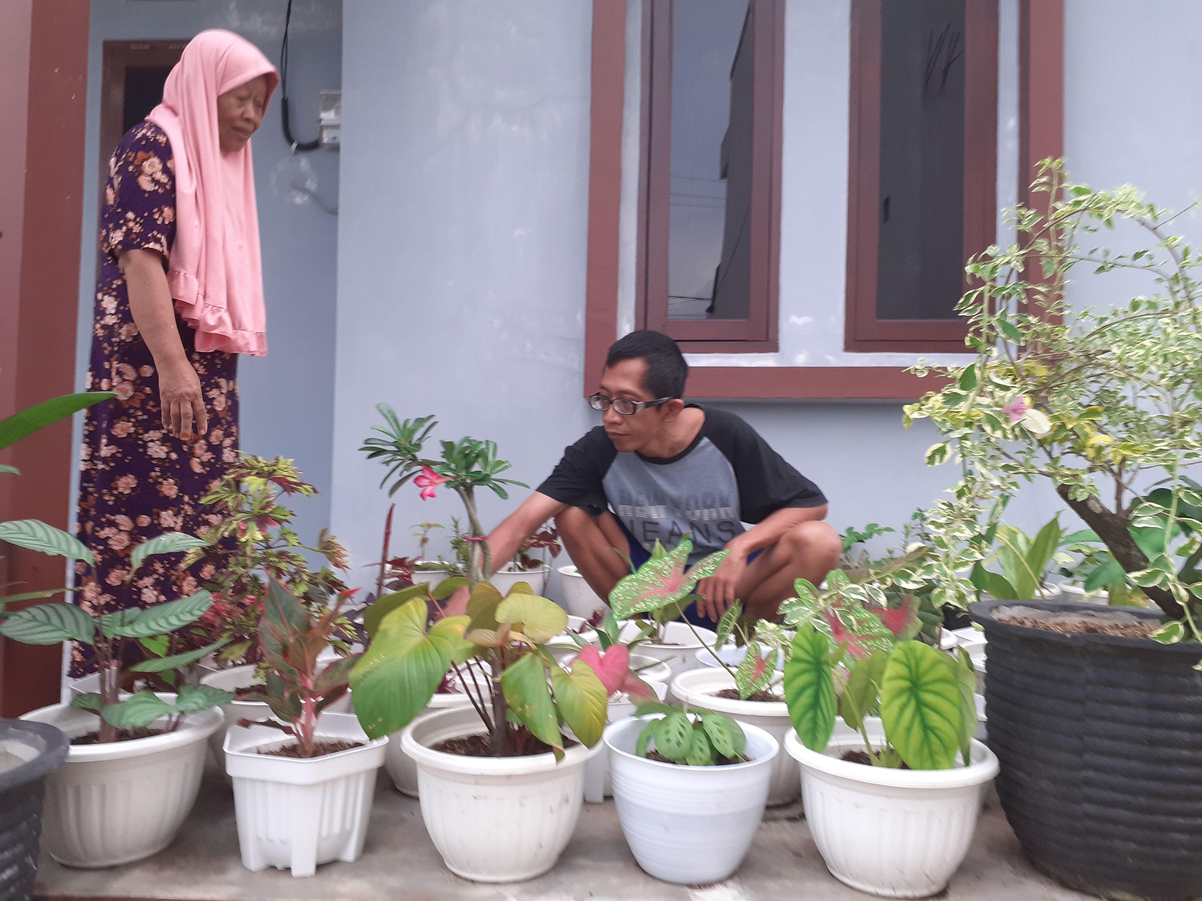 Mamaku Wanita Tangguhku dan Inspirasiku | Saat saya berkolaborasi dengan Mama bercocok tanam bunga | Dokumen Pribadi ( Hasil Jepretan Istri dengan Menggunakan Hp Saya)