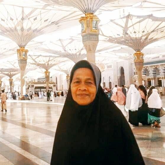 Ibu saya berpose di pelataran Masjid Madinah Arab Saudi saat menunaikan ibadah umrah pada tahun 2014, jauh sebelum pademi (Dokumentasi MUIS SUNARYA)