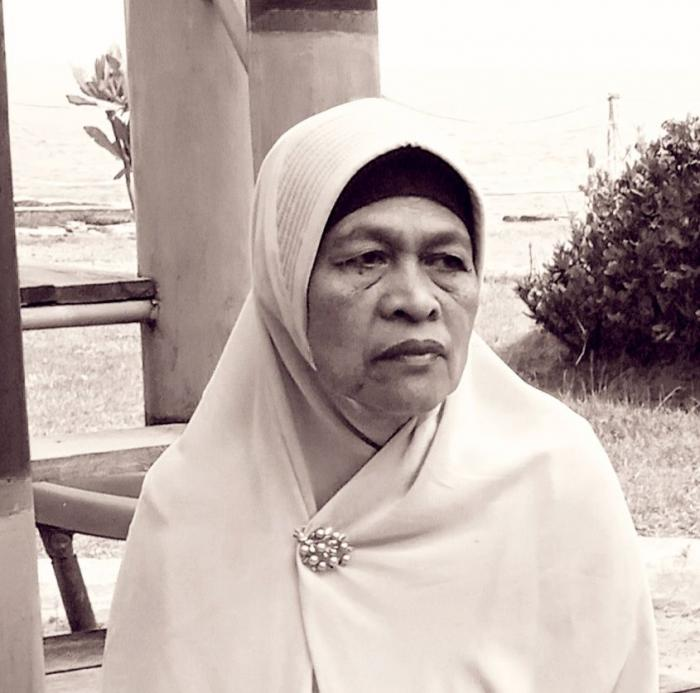 Ibu saat liburan keluarga ke Pantai Anyer Banten (Dokumentasi MUIS SUNARYA)