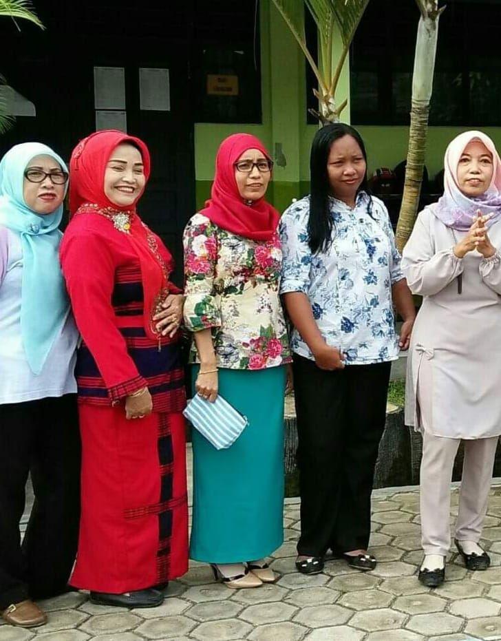 Ibu Esti Utami (merah) bersama rekan guru lainnya (foto: dokpri)