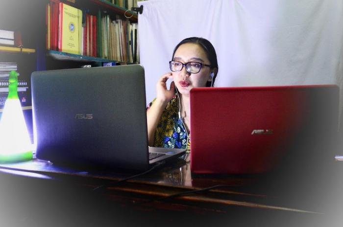 Menjalankan kelas melalui laptop, merombak ruang bermain anak menjadi studio mini