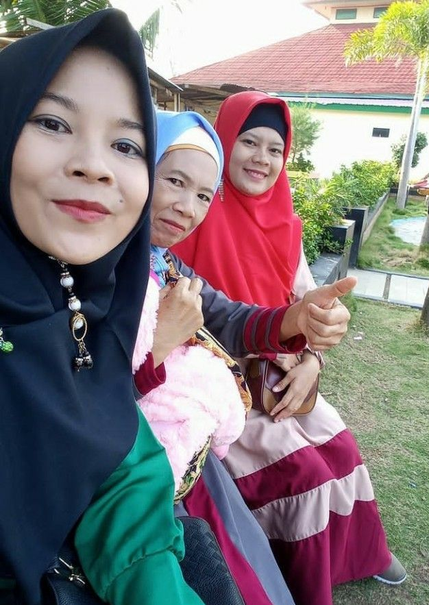 Jilbab hitam (Adik), tengah (Emak), paling ujung Saya