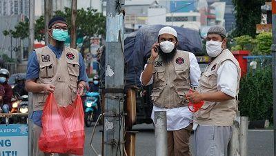 Ketua RCTA Muhammad Yasin berdiridi tengah bersama tim RCTA lainnya di Traffic Light Simpang Margonda-Jl. Juanda, Kota Depok (Dok. Tim RCTA)
