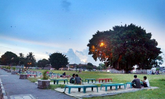 ilustrasi warga Jogja sedang ngabuburit di Alun-Alun Kota | sumber gambar : jejakpiknik.com