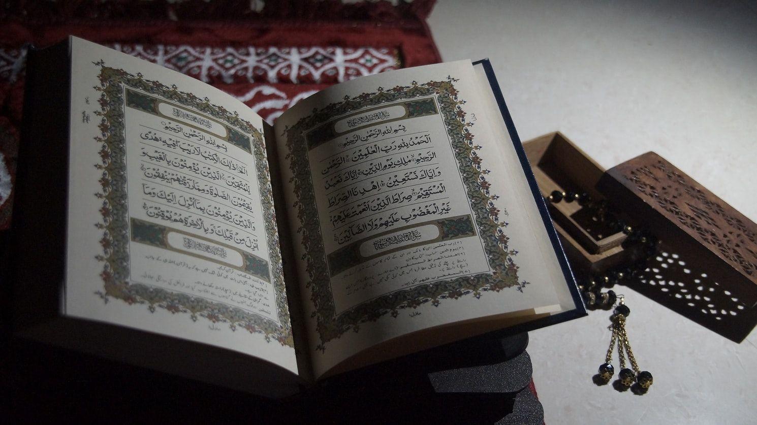Al-Quran adalah tuntunan bagi umat manusia, sekaligus bacaan yang Mahasempurna (ilustrasi: unsplash.com/Ayeesha Firdaus)