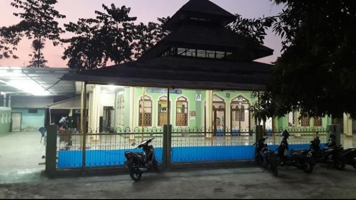 Masjid Darut Taqwa memiliki plakat bertanda tangan Presiden RI ke 2(dokpri)