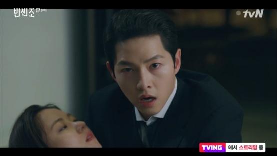 Hong Cha Young dan Vincenzo yang sempat terancam oleh pistol Jang Hanseok (tvN)