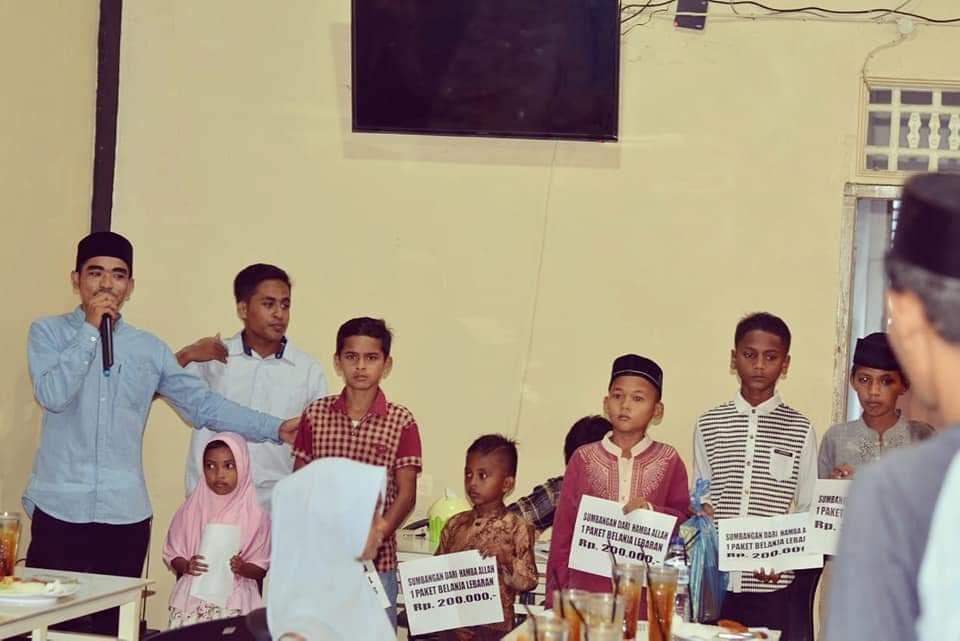 Teman-teman GPS sedang menyerahkan donasi untuk anak-anak yatim (Ramadan sebelumnya), Sumber Dokpri