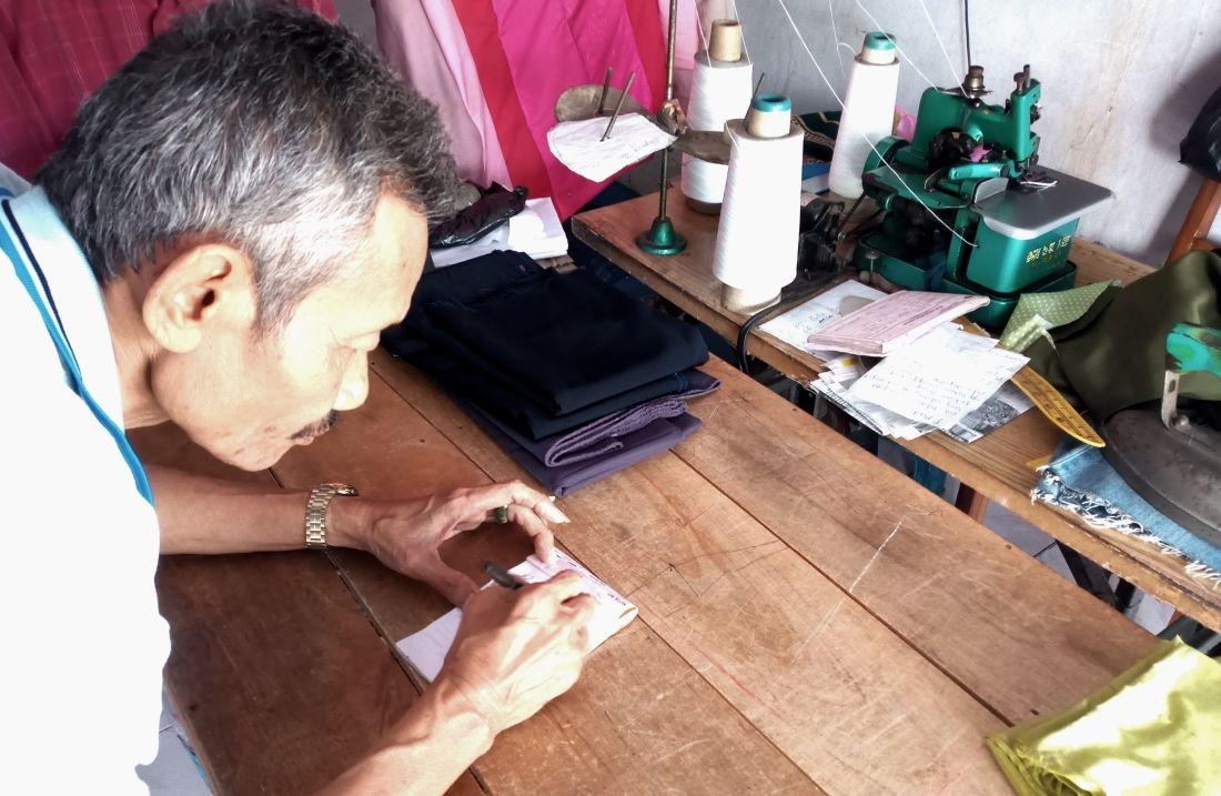 Pak Ahmad di kios jahitnya pada Sabtu (1/5/2021) |dok. pribadi.