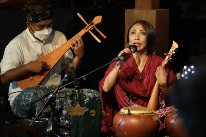 Pertunjukan musik sejumlah seniman yang memainkan alat musik baru buatan Dewa Budjana dan bersumber dari relief Candi Borobudur/sumber: Istimewa)