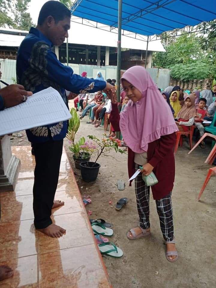 Anggota DPRD Kabupaten Padang Pariaman Topik Hidayat menyerahkan santunan untuk anak yatim berupa zakatnya. (foto dok facebook topik hidayat)