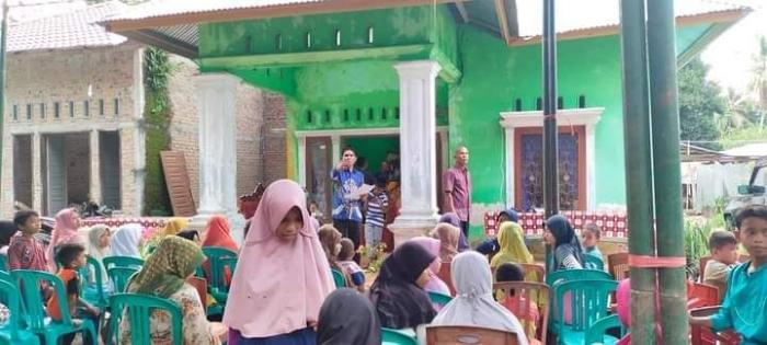 Ratusan masyarakat dan anak yatim memadati kediaman Topik Hidayat dalam momen berbagi berkah Ramadan. (foto dok facebook topik hidayat)