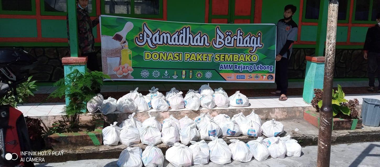 Berfoto sebelum penyaluran paket sembako Ramadan Berbagi. Foto diambil dari facebook AMM Rejang Lebong.