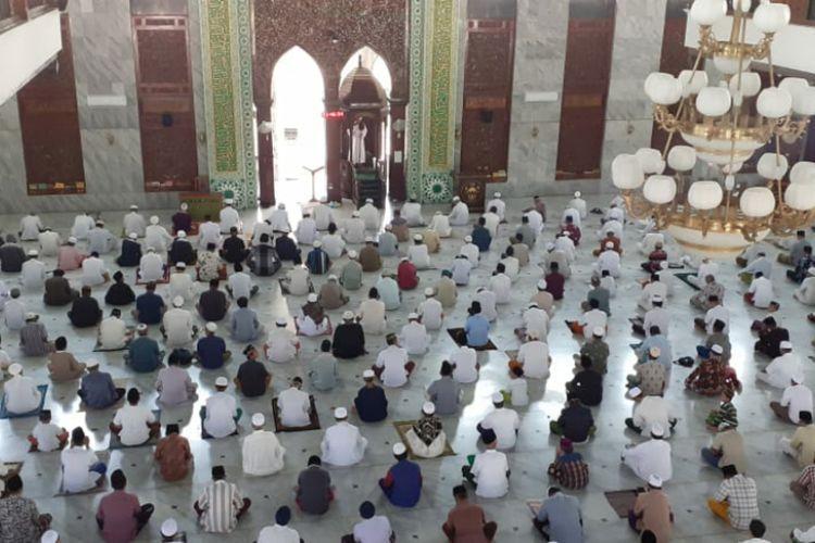 ilustrasi -- salat tarawih di Masjid Agung Pamekasan - Sumber: Kompas.com/Taufiqurrahman