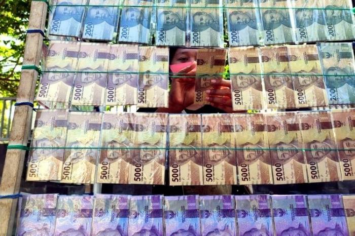 Salah satu jasa penukaran uang yang hadir setiap jelang hari raya Idulfitri. Foto: KOMPAS.COM/ASIP HASANI