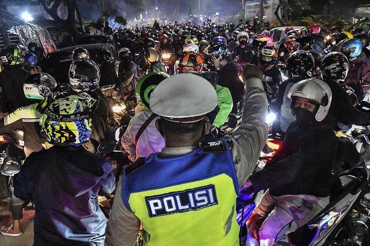 Polisi coba menghalau pemudik motor di posko penyekatan mudik di Kedungwaringin, Jawa Barat, Minggu (9/5/2021): ANTARA FOTO/FAKHRI HERMANSYAH