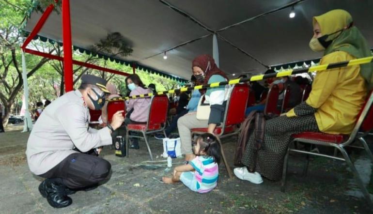 Foto : Kapolrestabes Surabaya saat menyapa anak kecil di sela sela acara serbuan vaksinasi nasional (Dokpri)