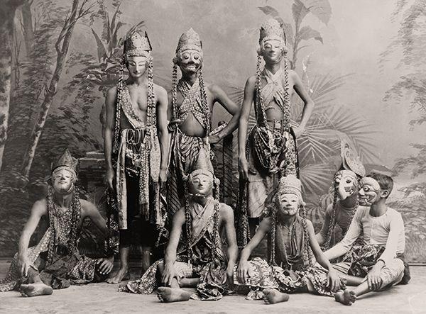 Para seniman tari topeng di Jawa awal pada awal abad 20. Dok. US Library Of Congress
