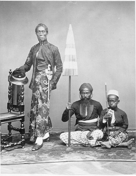 Bangsawan Jawa dengan dua pelayannya. Dok. Tropenmuseum