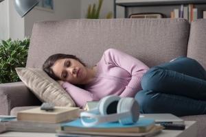 Tidur Seharian Tiap Weekend, Kenapa Sih?