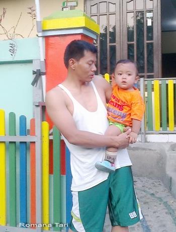 Download 4200 Koleksi Gambar Lucu Ayah Gendong Anak Terlucu