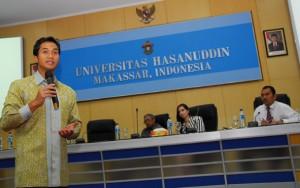 Makassar_862011_AS_Kuliah Umum dan penyampaian beasiswa S2 dari Bakrie Center Foundation untuk mahasiswa Universitas hasanuddin (11)